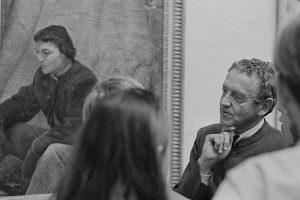 Andrew Wyeth vor einem Porträt von Christina Olson, 1970 / © Public Domain